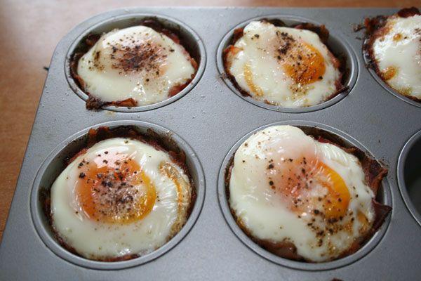 Eier-und-Bacon-in-der-Muffin-Form-fertig-gebraten---Eier-mit-Speck---Gaumen-Knall