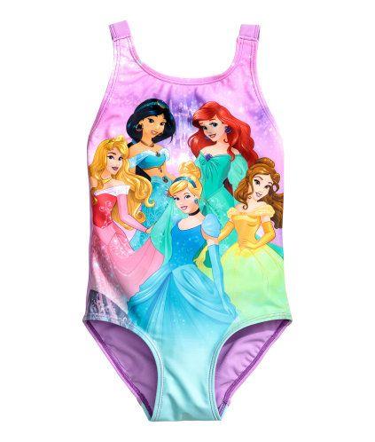 Lilla/Disney Prinsesser. Helforet badedragt med tryk foran. Sløjfe bagpå. Str. 98