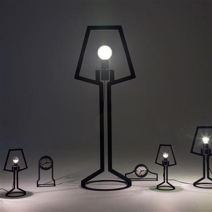 Gispen Outline Tafellamp. Deze grappige en minimalistische lamp is door zijn contouren geschikt als bureaulamp op kantoor en in de woonkamer. Mooie eyecatcher. Materiaal: Staal. Ontworpen door: Richard Hutten.