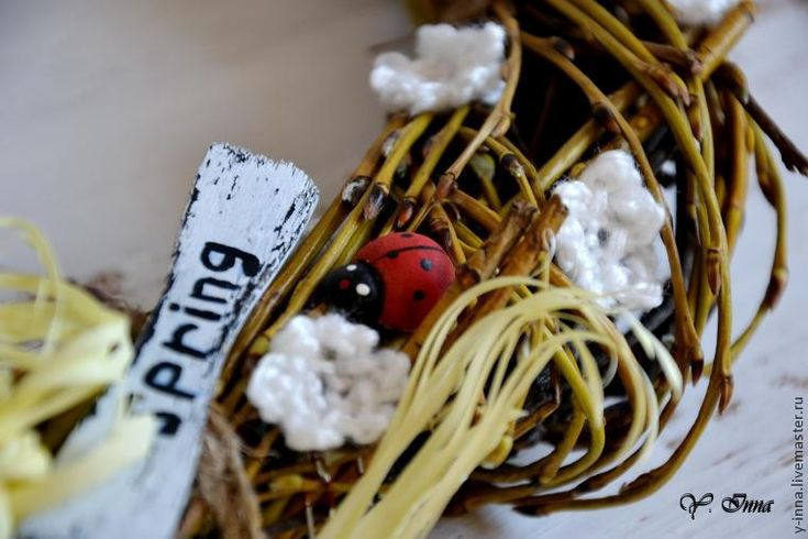 Пришла весна и сразу захотелось как-то ее 'внести' в интерьер, поэтому немного поразмыслив, решила сделать такой весенний венок, который можно использовать для декора на Пасху или просто любоваться им всю весну дома. Заодно решила запечатлеть процесс и сделать для вас небольшой мастер-класс по его созданию. Нам понадобятся: - ветки деревьев (ивы — они мягкие и ими легко оплетать, и березы — для фактуры и объема.