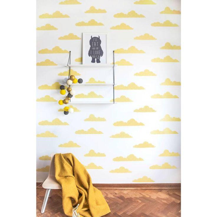 Super schattig behang Clouds van Roomblush! De gele wolkjes maken je zelfs vrolijk op een regenachtige dag. Zo leuk! Het behang staat heel mooi in bijvoorbeeld