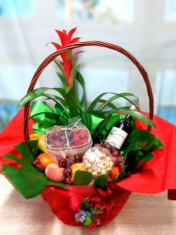 Si prefieres algo más exquisito, esta cesta de frutas variadas con una planta y un vino Cune Reserva es ideal.