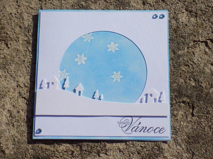 Vánoční přání s domečky Vánoční přání v bílo-modré barvě s vesničkou Rozměr cca 14×14 cm, dodáváno vč. obálky