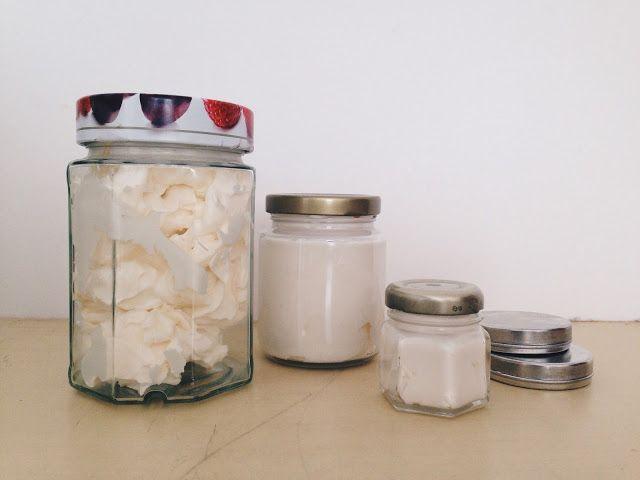 Hidratante corporal 100% Natural  100g de manteiga de karité/ 100g de óleo de coco/ 100g de manteiga de cacau/ 100ml de óleo de amêndoas Junte todos os ingredientes num vidro.Derreta tudo em banho maria até ficar uma mistura homogênea.Coloque na geladeira por umas 5h ou até tudo endurecer.Bata com a batedeira a mistura.Vai virar um creme branquinho muito bonito e macio, parecido com um chantilly.Guarde em potes de vidro.
