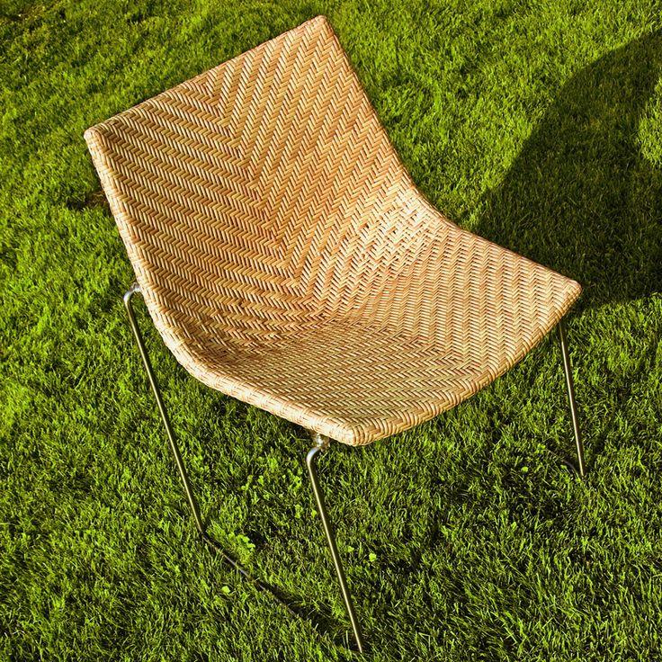 Sedia Chylium 2 Edizione rivisitata della sedia progettata nel 1959 dalla caratteristica forma a conchiglia. Alla riedizione della sedia storica è abbinata anche la poltroncina. La struttura è in acciaio inox e la scocca è in alluminio con intreccio pieno in Polypeel®, disponibile nei colori bianco, nero e miele. Basamento in tondino di acciaio inox satinato con agganci in policarbonato trasparente. Adatta per interni ed esterni.