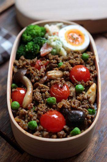 シンプルに見えるそぼろご飯などは、ミニトマトとグリーンピースで模様をつけたらかわいくなりますね。色合いを考え縞にしたり写真のようにトマトなどを飾ると豪華に見えます♪