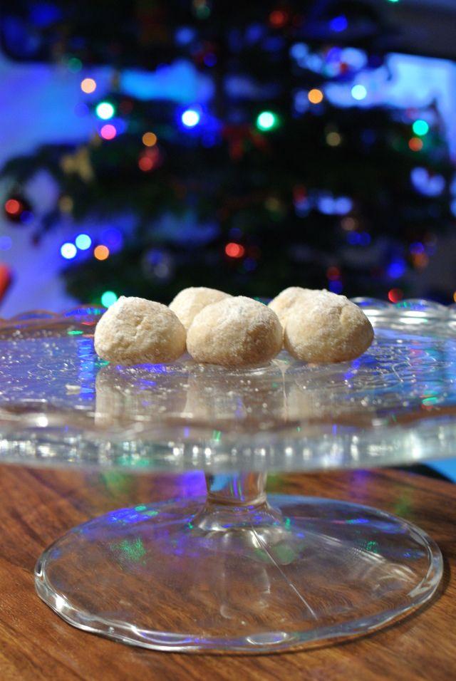 Křehké kuličky, které vás překvapí sladkou chutí medu a kokosem. Obalijí se ve vanilkovém cukru a to jim dodá na sváteční vůni.