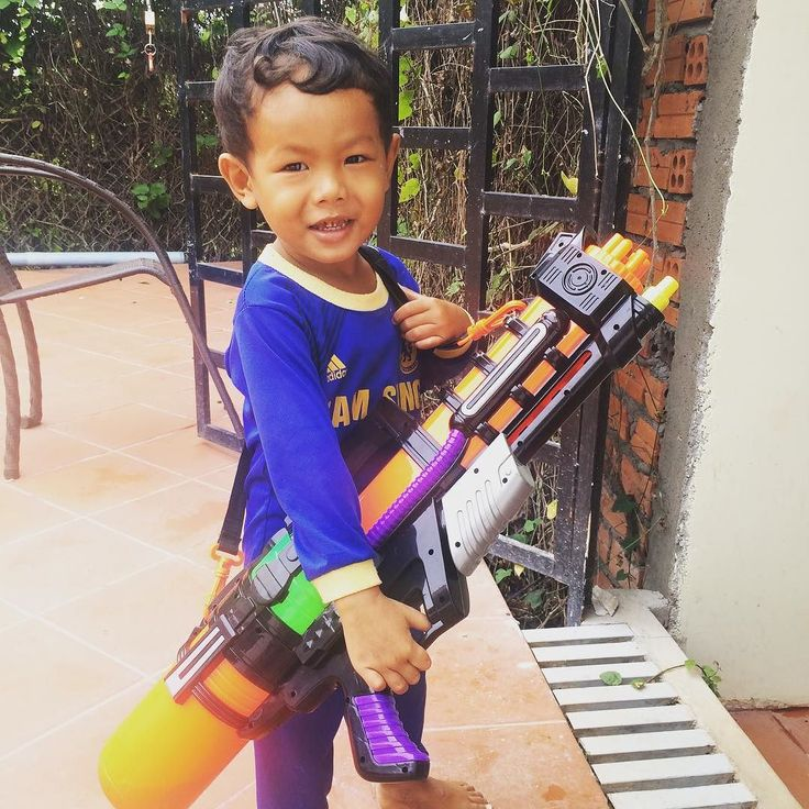 Kijk uit voor deze kleine man met z'n super soaker! #cambodja #kampot #watergevecht #bemore #vrijwilligerswerk #spelenmetlocals #supersoaker