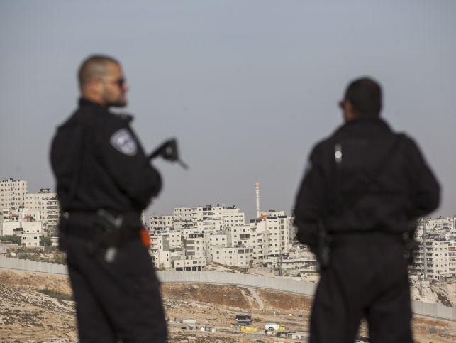 Теракт под Иерусалимом, ранен пограничник http://kleinburd.ru/news/terakt-pod-ierusalimom-ranen-pogranichnik/  Утром в субботу, 15 октября, вооруженный ножом палестинский араб набросился на израильского пограничника в районе населенного пункта Ар-Адар, расположенного к северо-западу от Иерусалима. Согласно предварительным данным, араб прятался в кустах. Он неожиданно выскочил из укрытия, ударил пограничника ножом и убежал. В результате нападения пограничник получил легкое ранение. Военные и…