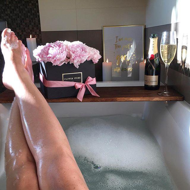 Poniedziałek nie taki straszny  Mondays aren't so bad  #mondayfunday #champagne #flowerbox #moet #kąpiel #bath #bathtime #bubblebath  #polskadziewczyna #domek #polishgirl #dziewczyna #legsday #winelover #wineporn #kobieta #relaxing #chilling #odpoczywamy #feetstagram #słońce #wieczór #inspired #inspiracja #goodtime #kwiaty #lookbook #happytime #najlepiej #nogi