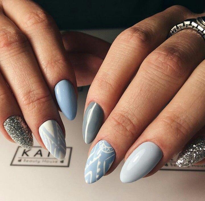 Ногти голубые, блестки, геометрия