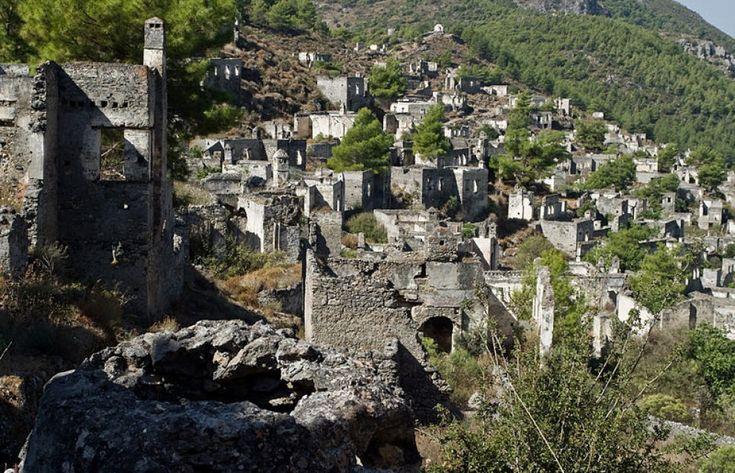 """Sono definiti """"villaggi fantasma"""" perché della vita che un tempo li animava è rimasto solo il segno dei ruderi. Dall'Italia all'America, passando per la Turchia, ecco un viaggio attraverso una piccola parte delle migliaia di luoghi ormai deserti in Italia e nel mondo, disabit"""