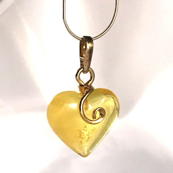 Catawiki online auction house: Beautiful heart pendant – Baltic amber – lemon / honey – 100% natural-not pressed - not modified/ no reserve