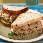 Сандвич с курицей Для приготовления блюда Сандвич с курицей необходимы следующие ингредиенты: 50 гр отварного куриного филе без кожи, 2 столовые ложки тертого сыра, столовая ложка нежирного майонеза, 2 ломтя формового зернового хлеба.