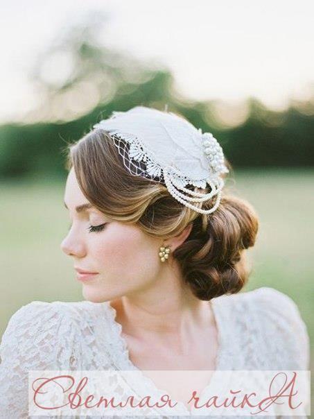 """Шляпка — нестандартный и оригинальный вариант головного убора невесты. Она может не только украсить образ, но и стать настоящим спасением на летней свадьбе на природе. Шляпа с широкими полями защитит ваш макияж от солнца, а голову — от солнечного удара, и конечно, подчеркнет темперамент. Маленькая шляпка с вуалью идеально дополнит образ невесты на свадьбе в стиле ретро. Вдохновляйтесь вместе с нами! Ваша """"Светлая чайка"""". _________________________________________ Звоните нам! ☎…"""