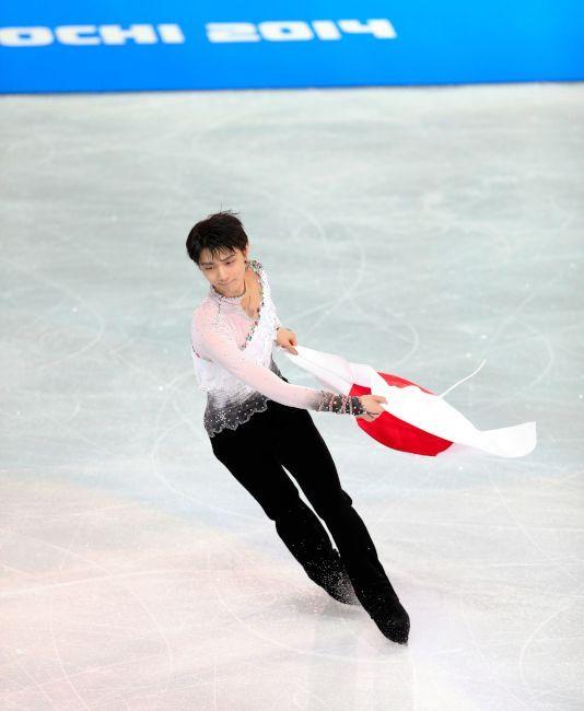 〈ソチオリンピック(男子フリー)〉 優勝を決め、日の丸を手に場内を回る羽生結弦=川村直子撮影