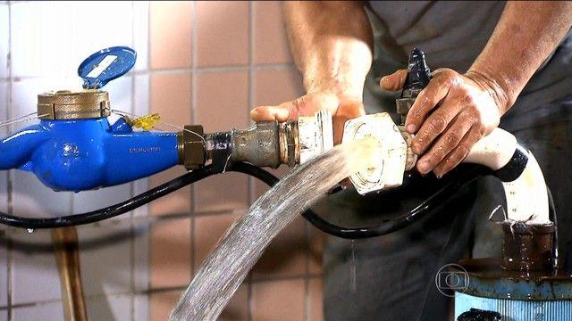 Exploração sem controle dos poços artesianos pode piorar crise hídrica Na região metropolitana de São Paulo, bem mais pobre em água subterrânea, a crise hídrica só fez aumentar a procura por poços.