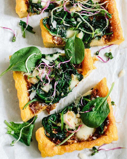 Tomatenpesto und Spinat auf einem knusprigen Polentaboden. - einfach und lecker. Getrocknete Steinpilze dazu. Nächstes mal auf Backblech mit Papier streichen, je dünner desto knuspriger