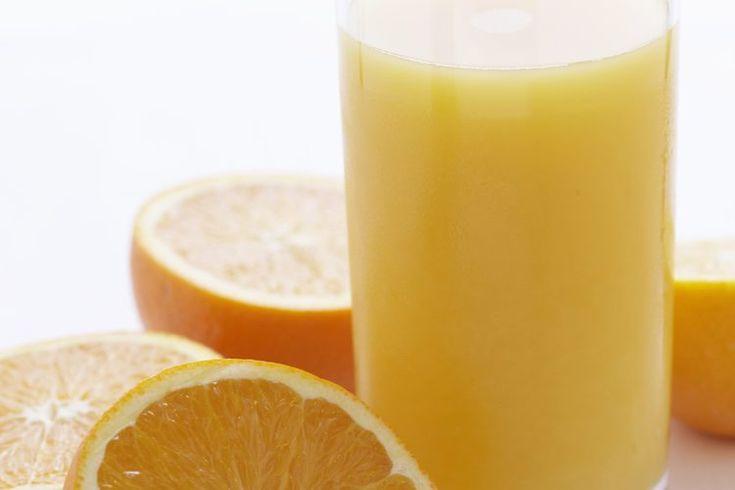 ¿Cuántas calorías hay en el jugo de fruta?. Cuando se trata de calorías, no todos los jugos de fruta son iguales. Según el Centers for Disease Control and Prevention, muchas personas beben mucha de la ingesta diaria de calorías en jugo de frutas sin saberlo. Tanto las versiones en botella como las ...