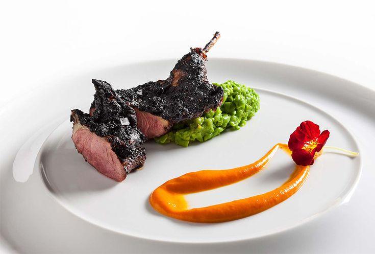Jean-Georges Vongerichten | foto Francesco Tonelli | Carne alla griglia e affumicata, piselli dolci schiacciati e vinaigrette di nasturzio