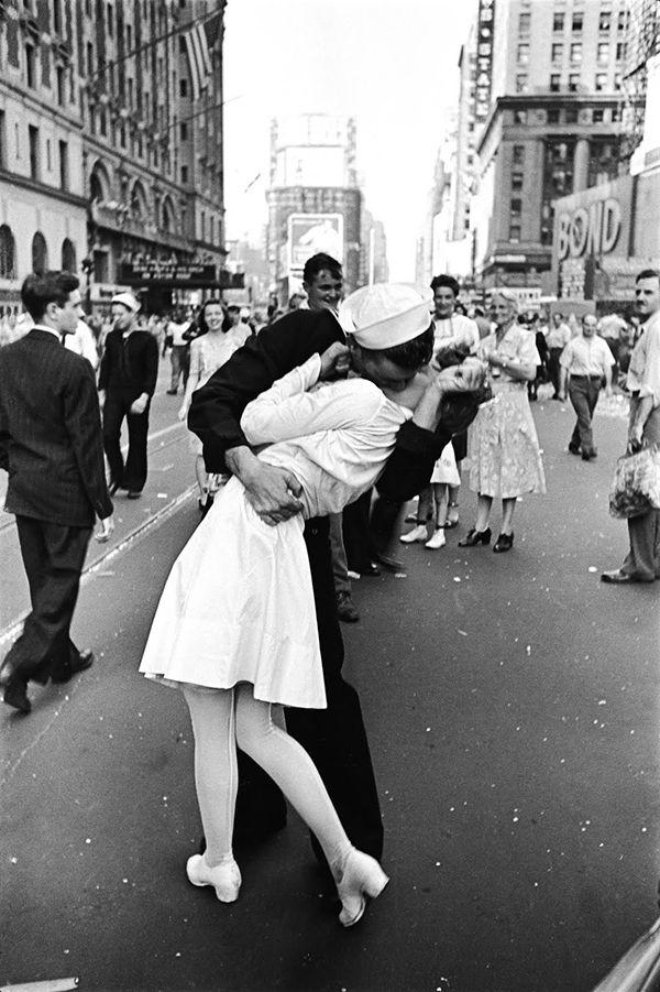 Dia de VJ na Times Square (Alfred Eisenstaedt – 1945) A fotografia Dia de VJ na Times Square, de Alfred Eisenstaedt, foi clicada em 14 de agosto de 1945, após o anúncio do fim da Segunda Guerra Mundial, feito pelo Presidente norte-americano Harry S. Truman. A imagem O Beijo do Hotel de Ville (1950), de Robert Doisneau, remete à foto de Alfred.