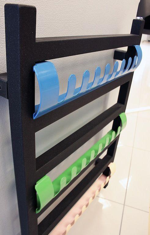 Grzejnik dekoracyjny do łazienki lub kuchni Simple Terma, z wymiennymi kolorowymi wieszakami.