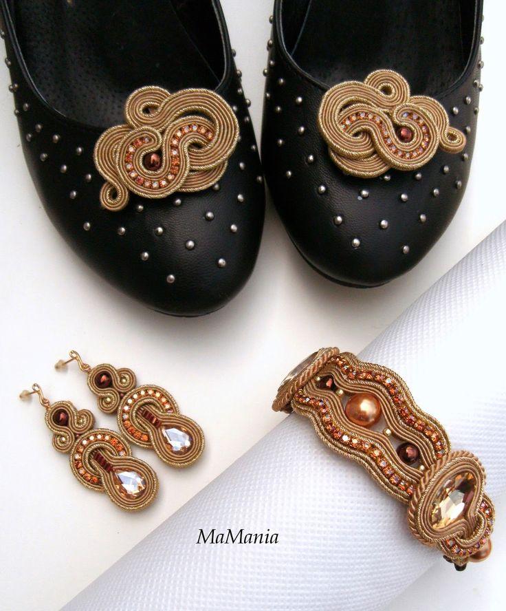 W złocie: kolczyki, bransoleta, ozdoba do butów.
