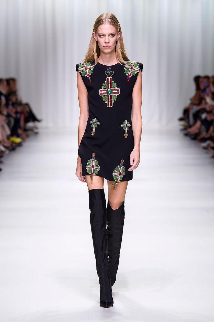 Versace Sfilata Donna Primavera Estate | Shop Online Italia. Scopri la Sfilata Donna Versace per la Collezione Primavera Estate. Sartorialità, Abbigliamento Sportivo e Fascino naturale.