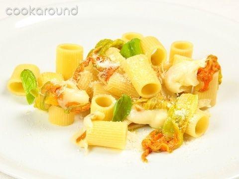 Mezze maniche con fiori di zucca e provola: Ricetta Tipica Campania | Cookaround