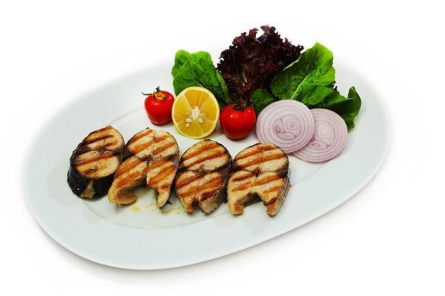 Rezept für eine köstliche italienische Soße namens Salmoriglio- passt hervorragend zu gegrilltem Fisch und gegrilltem Gemüse- Zutaten: 1 Bund getrockeneter Oregano oder auch loser Oregano Olivenöl Weißweinessig 1-2 Knoblauchzehen Salz und Pfeffer 3 Teile Olivenöl und 1 Teil Weißweinessig mischen. Knoblauch sehr fein