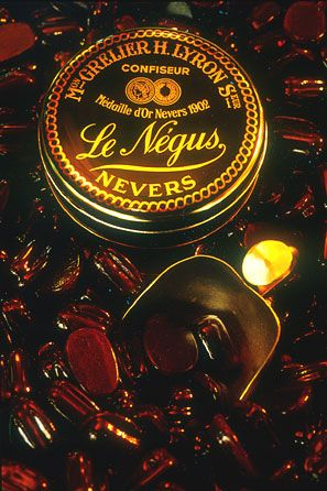Négus, caramelized and chocolate greed. The candy Négus is a confectionery 100 % nivernaise. deposited in 1902 (but conceived in 1900 by Misters Grelier and Lyron), Négus is a soft toffy in the chocolate coated in a cooked sugar. He owes his name to Ménélik, Emperor of Abyssinia, said the NEGUS, which came official visit in France there in 1900.