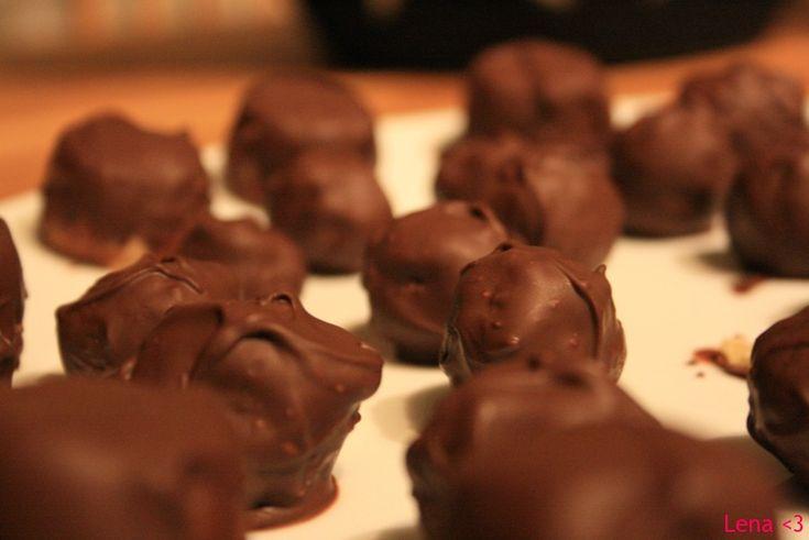 Utrolig god hjemmelaget marsipan, laaaavkarbo selvfølgelig! :) Disse marsipankulene kan du dekorere akkurat som du vil med sjokolade, nøtter, melis, konditorfarge og trykke de i forskjellige konfektformer eller forme marsipanen som ulike ting, dyr, pynt etc. Dekk marsipankulene i sukkerfri, smeltet sjokolade og du klarer ikke la være å ta flere enn én! :) Oppskriften…