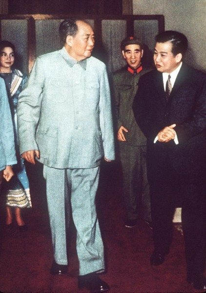 Mao Zedong(left) and Lin Biao(middle) met Sihanouk(right) in 1971.