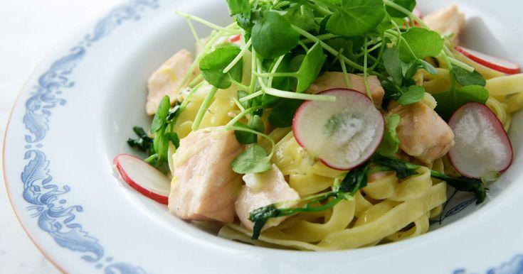 Pasta med gräddig sås på lax, fänkål och citron, toppad med vattenkrasse, rädisa och parmesanost.