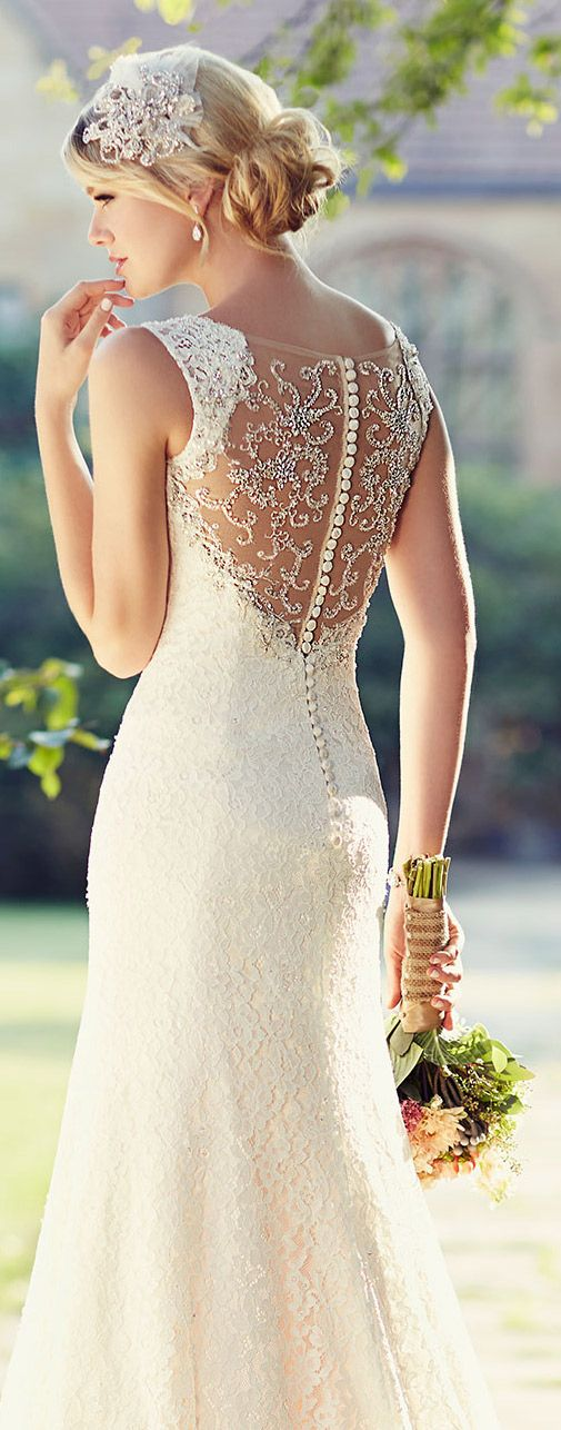 Vestido de novia con encaje. Wedding gown with lace.