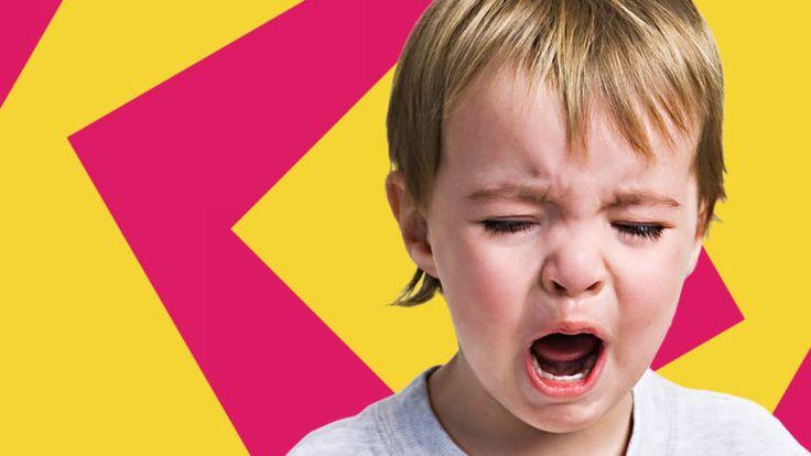 Ein Kind mit wütendem Gesichtsausdruck. Aggressivität kann zu Verhaltensstörungen zählen.