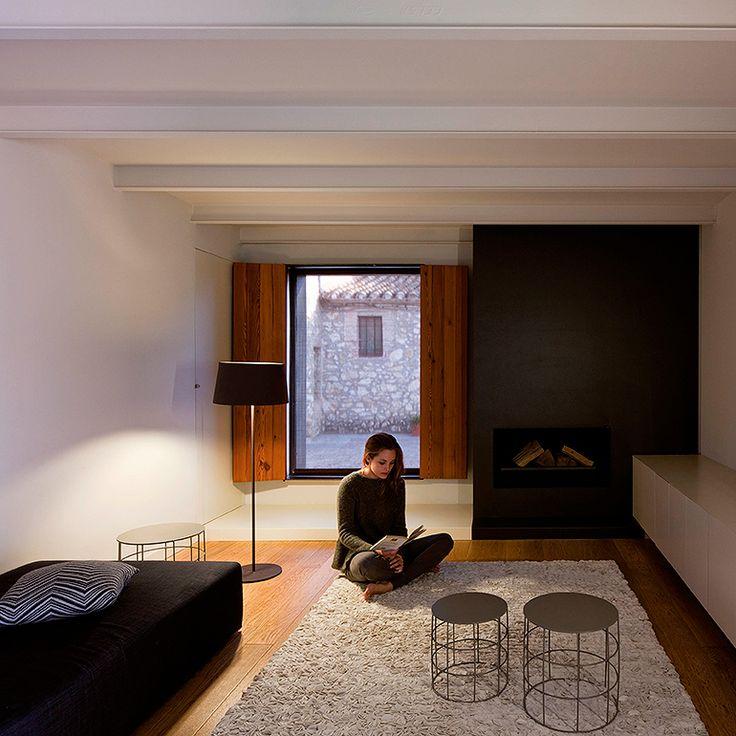 Lámpara de pie Warm. Con 1,5 m.,se produce en cuatro acabados: pantalla screen, pantalla de aluminio lacado rojo mate, marrón oscuro mate y lacado blanco.
