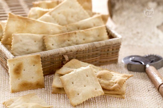 I crackers sono sfoglie sottili e croccanti di pasta di pane, ideali come snack  genuino in ogni momento della giornata.