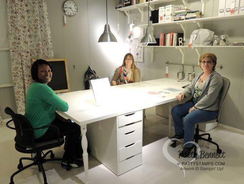 Ikea - Une table large permettant d'être à plusieurs ou d'avoir plusieurs postes de travail (ordi, couture, scrap, patouille...)