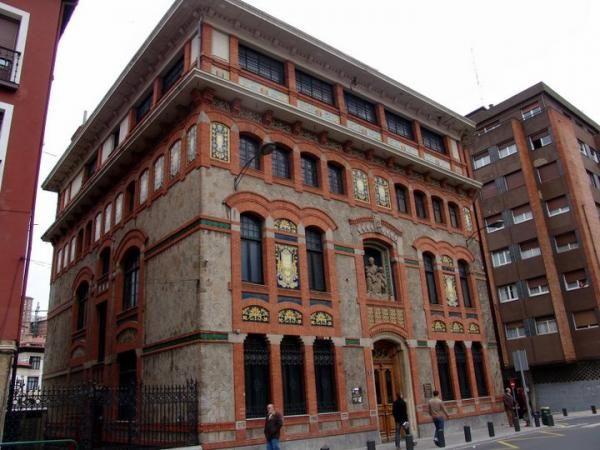 Hermoso edificio situado al inicio de la calle  Urazurrutia, cerca del puente de San Antón. Fue  construido en 1912, con una decoración modernista  de ladrillos, azulejos y cerámicas, con el fin de cuidar  a los hijos de los trabajadores.