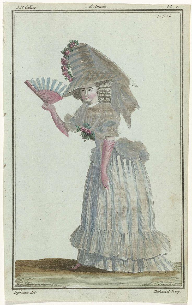 A.B. Duhamel | Magasin des Modes Nouvelles Françaises et Anglaises, 10 octobre 1787, 33e cahier, 2e année, Pl.  1, A.B. Duhamel, Buisson, 1787 | Vrouw in pierrot van witte mousseline op een bijpassende rok versierd met dubbele falbala. Hoed 'à la Théodore' van wit en blauw gestreepte tafzijde met een grote voile van gaze, versierd met een guirlande van rozen. Opgedofte halsdoek met een boeket rozen. Roze lange glacéhandschoenen en roze schoenen. Kapsel met krullen en een chignon (wrong)…