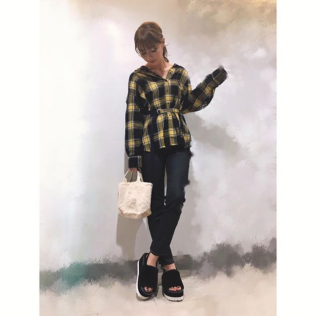 rio_uchida 昨日の私服。 MOREの付録のsnidelのふわふわトート可愛いよ❤️ 、 tops @milaowen_official  denim @uniqlo  shoes @cocodeal_official  2017/09/30 12:36:20