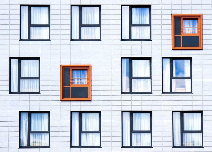 Czynsz stanowi świadczenie za korzystanie z przedmiotu - w umowie najmu najemca zobowiązuje siępłacić wynajmującemu czynsz. Czynsz nominalny (tzw. bazowy/podstawowy) to wyjściowa stawka oferowana przez właścicielaobiektu. Podawana jest w przeliczeniu na metr kwadratowy powierzchni najmu. Czynsz efektywny (faktyczny) to czynsz nominalny skorygowany o rabaty, ulgi lub dodatkowe koszta.Rabaty oraz ulgi mogą wynikać ze zwolnień od czynszu np. przez pierwsze pół roku, czy ulgi zewzględu na…