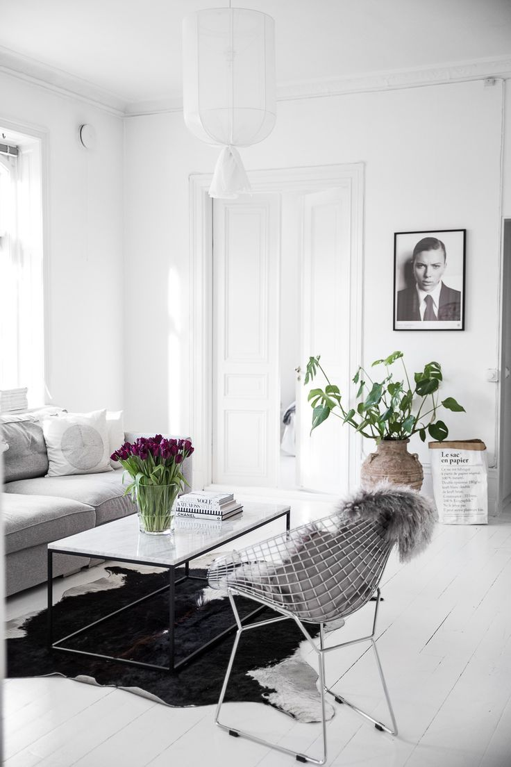 Vita trägolv och marmorbord i vardagsrum