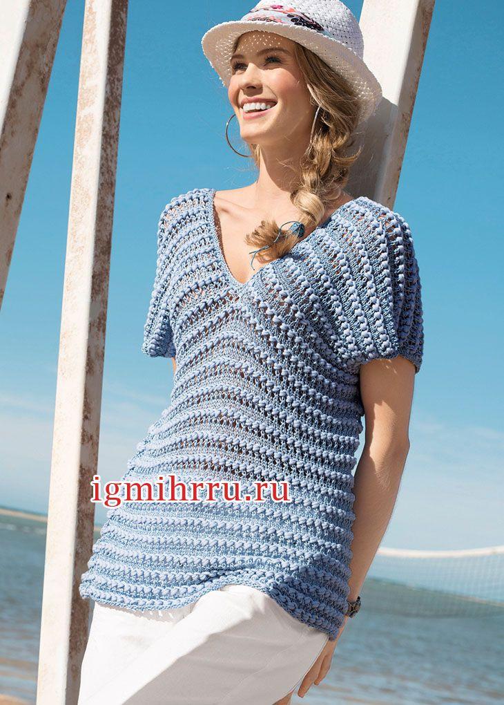 Голубой свободный пуловер, связанный единым полотном. Вязание спицами  Чередование тонкой и объемной пряжи создает  экстравагантный облик свободного летнего пуловера с V-образной горловиной