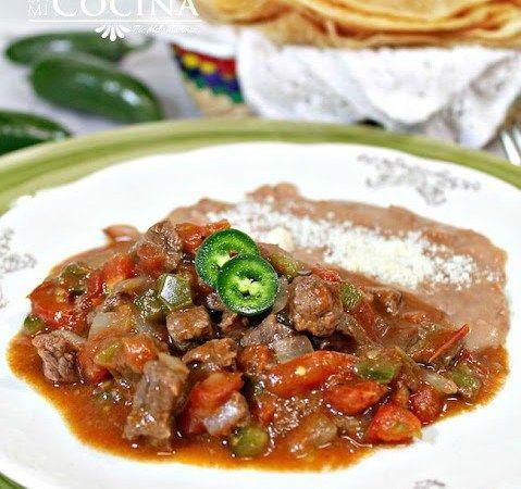 Para preparar esta delicioso receta de Cortadillo Norteño solo necesitas carne de res en trocitos, cebolla, ajo, tomates, y pimientos morrones.