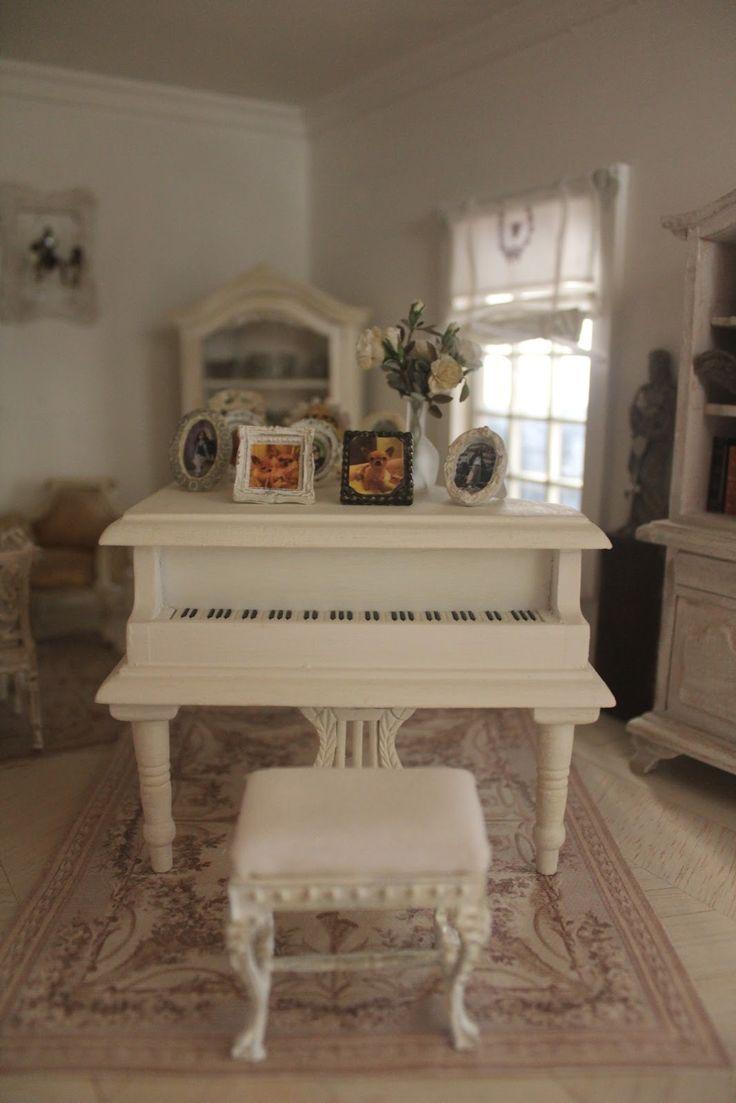 HOME...             il salottino      il pianoforte con le fotografie dei miei bimbi     ...