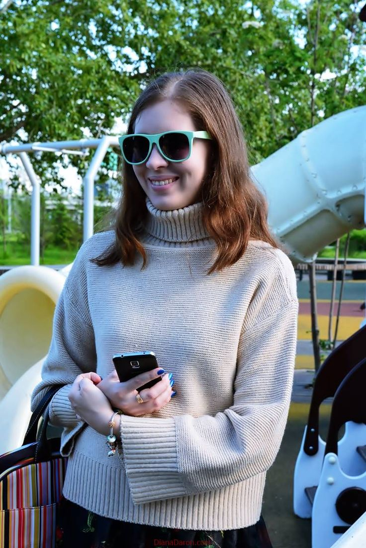 Beige sweater at the basis of the wardrobe