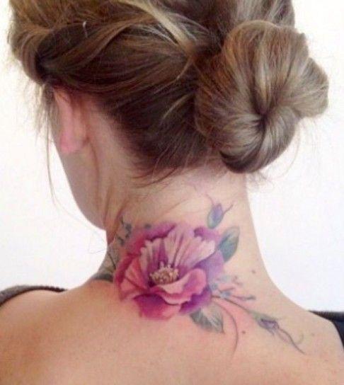 Fiore tatuato sulla nuca