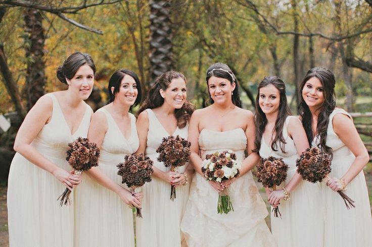 Счастливая невеста со своими подружками на свадебной церемонии,